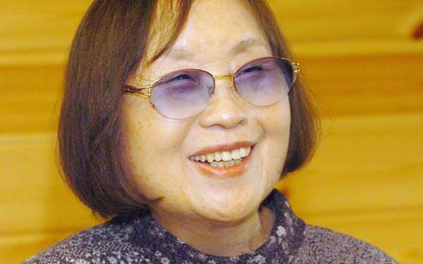 インタビューに答える作家の石牟礼道子さん(2004年5月、熊本市)