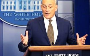 ホワイトハウスで記者会見するケリー米大統領首席補佐官(2017年10月)=共同