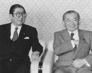 竹下登氏(右)と安倍晋太郎氏(左)の連携は「安竹連合」と呼ばれた