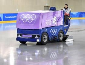 平昌五輪のフィギュアスケートとショートトラック競技が行われる江陵アイスアリーナで整氷作業をする「パティネレジャー」の今村健太さん(2日、江陵)=共同