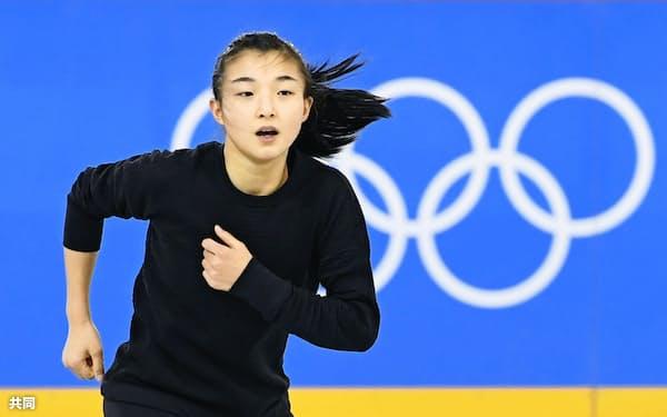 公式練習で調整するフィギュアスケート女子の坂本花織(11日、江陵)=共同