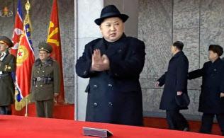 平壌で軍事パレードを観閲する金正恩労働党委員長の映像。北朝鮮の朝鮮中央テレビが8日放映した=共同