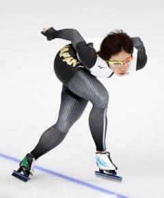 13日、氷上で練習する小平=上間孝司撮影
