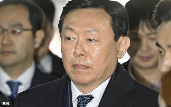 ソウル中央地裁に入る韓国ロッテグループの重光昭夫被告(13日)=共同