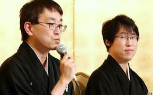 記者会見する羽生善治氏(左)と井山裕太氏(13日午後、東京都千代田区)