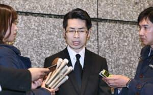 記者の質問に答えるコインチェックの大塚雄介最高執行責任者(13日午後、東京都渋谷区)