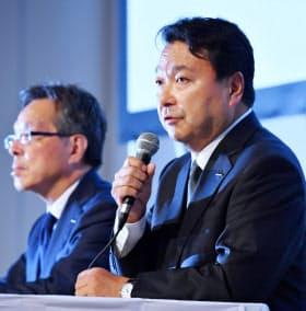 労働環境改革基本計画について説明する電通の山本社長(右)(17年7月27日、東京都中央区)