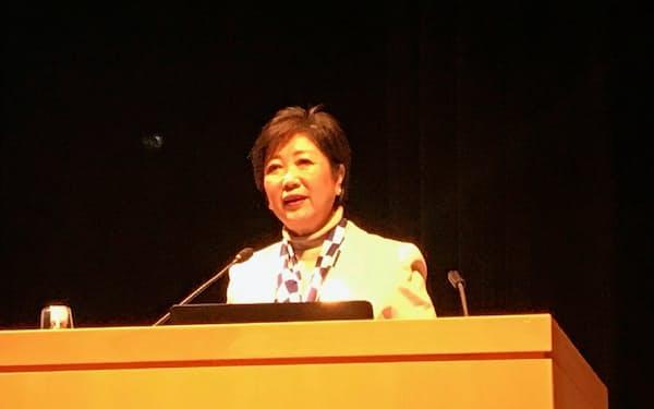 小池知事は講演で時差ビズへの参加を企業に呼びかけた(13日、東京都千代田区)