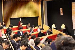 池上彰教授と学生たちは2時間あまり議論を重ねた(2017年12月8日、東京工業大学大岡山キャンパス)=東工大提供