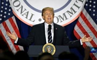 米共和党の会合で話すトランプ大統領(2月1日、ワシントン)=ゲッティ共同