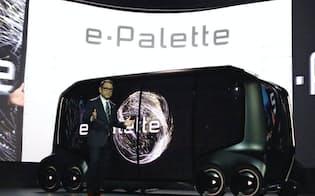 コンセプト車「eパレット」を発表するトヨタ自動車の豊田章男社長(1月、米ラスベガス)