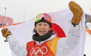 銀メダルを獲得し、日の丸を掲げる平野(14日、平昌)=山本博文撮影
