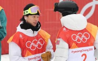金メダルのショーン・ホワイト(右)と健闘をたたえ合う平野=山本博文撮影