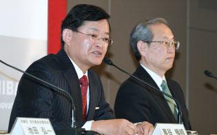 東芝の次期会長兼最高経営責任者(CEO)に決まり、記者会見する車谷暢昭氏(左)。右は綱川智社長(14日午後、東京都港区)