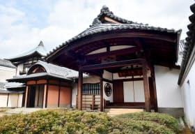 高谷宗範が設計した松殿山荘の本館。大玄関(右)と中玄関の曲線と直線のデザインが目を引く