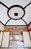 丸と四角のデザインは中書院棟の天井も彩る
