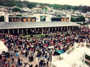 1997年ケンタッキーダービー当日のチャーチルダウンズ競馬場のパドック