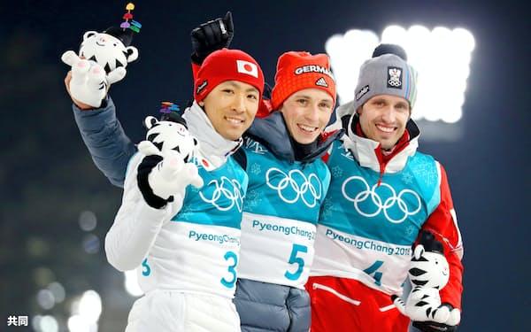 平昌冬季五輪のノルディック複合個人ノーマルヒルで銀メダルを獲得した渡部暁斗(左)。中央は優勝したエリック・フレンツェル、右は3位のルーカス・クラプファー(14日、平昌)=共同