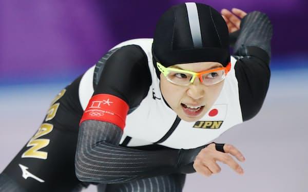 スピードスケート女子1000メートルで滑走する小平=上間孝司撮影