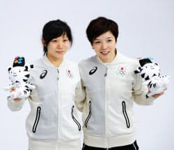スピードスケート女子1000メートルで銀メダルの小平奈緒選手(右)と銅メダルの高木美帆選手(14日、江陵)=上間孝司撮影