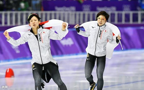 女子1000メートルで銀メダルを獲得し、銅メダルの高木美帆(左)とリンクを一周する小平奈緒(14日、江陵)=共同
