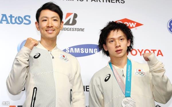 銀メダル獲得から一夜明け、記者会見でポーズをとるノルディック複合個人ノーマルヒルの渡部選手(左)とスノーボード男子ハーフパイプの平野選手(15日、韓国・平昌)=共同