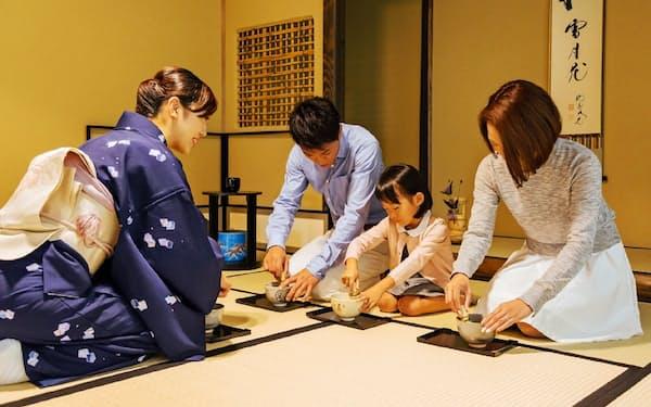お点前体験では茶の湯の作法を気軽に学べる(堺市)