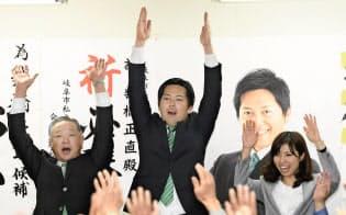 岐阜市長選で初当選し、万歳する柴橋正直氏(1月28日夜、岐阜市)=共同