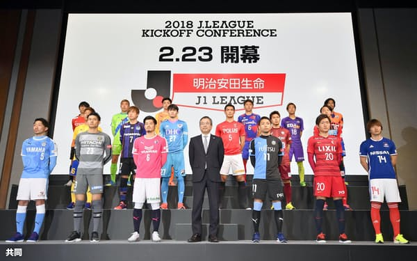 Jリーグ開幕前恒例のキックオフカンファレンスで、記念写真に納まる村井満チェアマン(前列中央)とJ1の選手(15日、東京都内)=共同