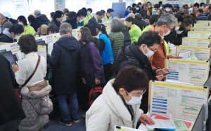 品川税務署で確定申告する人たち(16日午前、東京都港区)