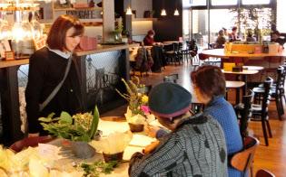 みやぎ生協は店舗に併設するカフェでフラワーアレンジなどのミニ教室を開く(仙台市の錦町店)