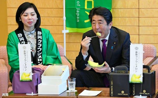 「静岡クラウンメロン」を試食する安倍首相=16日午前、首相官邸=共同