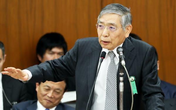 衆院財務金融委で答弁する日銀の黒田総裁(16日)