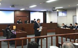 明治大学の法廷教室で開かれた自動運転事故の責任を巡る模擬裁判では、研究者や弁護士、省庁や企業の担当者らが議論を交わした(2018年2月16日、東京都千代田区)