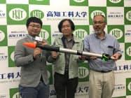 打ち上げを発表した稲川社長(左)や山本教授(中)