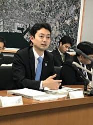 財政健全化に向け事業の廃止・縮小も進める(会見する熊谷市長、16日)