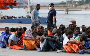 地中海からイタリアにやってくる移民の受け入れの是非が問われている(シチリア島の港)=ロイター