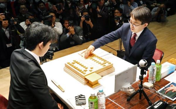 羽生九段(右)はタイトル通算100期まであと1期に迫っている(写真は2018年2月、朝日杯オープン準決勝・対藤井五段=当時=戦)