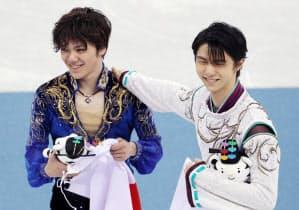 笑顔を見せる金メダルの羽生選手(右)と銀メダルの宇野選手(17日午後、江陵)=山本博文撮影