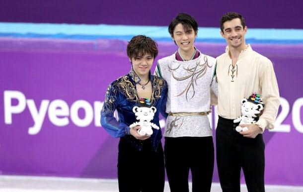 表彰台に並んだ(左から)宇野、羽生、フェルナンデス