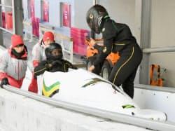 ボブスレー女子2人乗りの公式練習で、ラトビア製のそりを使うジャマイカ代表の選手ら(17日、平昌)=共同