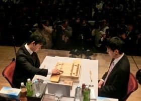 決勝戦で初手を指す藤井五段(左)。右は広瀬八段(17日午後、東京都千代田区)