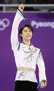 金メダルを獲得し声援に応える羽生選手(17日午後、江陵)=上間孝司撮影