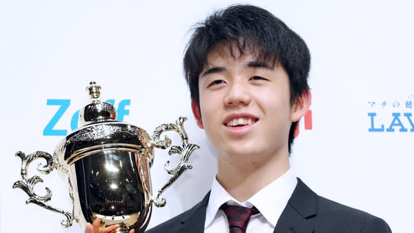 藤井五段が棋戦最年少優勝、朝日杯 中学生初の六段に