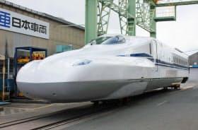 JR東海が披露した、東海道新幹線の新型「N700S」の先頭車両(17日午後、愛知県豊川市)=共同