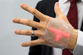 手に貼ったディスプレーに心電図などの簡単な動画を表示できる