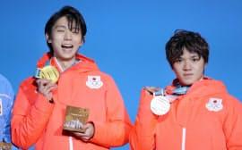 表彰式で笑顔を見せる金メダルの羽生選手(左)と銀メダルの宇野選手(17日午後、平昌)=上間孝司撮影