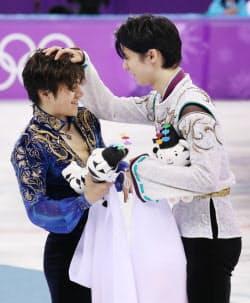 セレモニー後、銀メダルの宇野選手(左)に声をかける金メダルの羽生選手(17日、江陵)=上間孝司撮影