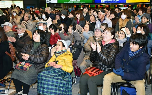 JR仙台駅のパブリックビューイング会場で羽生選手を応援する人たち(17日)=共同