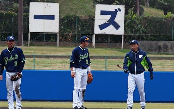 遊撃手の広岡にアドバイスを送る宮本ヘッドコーチ(右)